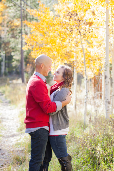 Outdoor engagement photos during fall in Oregon by Susie Moreno Photography