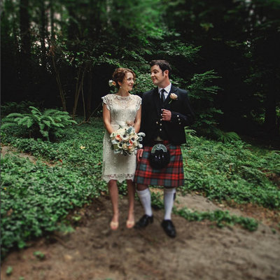 Photo of bride & groom with Scottish quilt in outdoor Oregon wedding | Susie Moreno Photography