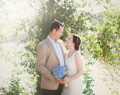 sunkissed photo of bride and groom in Oregon City, OR | Susie Moreno Photography