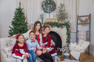 bonilla-christmas-farmhouse-mini-session-dallas-family-photographer-lynnet-perez-0005