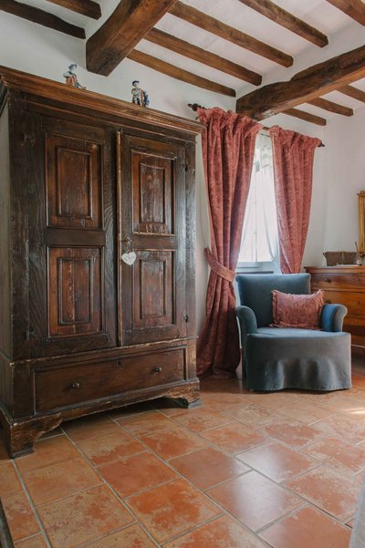 Cupboard and Arte di Vita curtains made from Byron fabric in 'rose dust' in room 'Botticelli' in B&B Casa Capanni