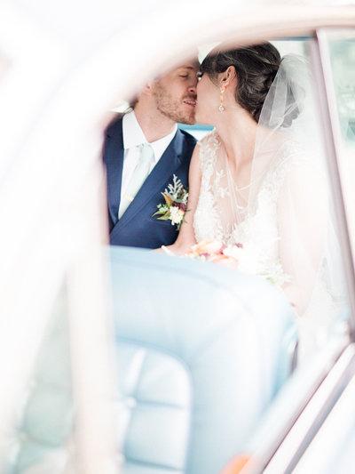 bride-and-groom-vintage-car-romantic