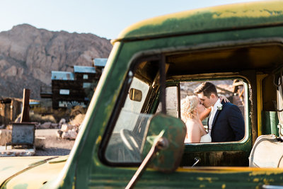 el dorado canyon wedding photo couple kisses through car window