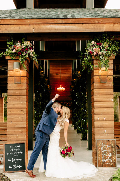 Alexa-Vossler-Photo_Dallas-Wedding-Photographer_Wedding-at-Morgan-Creek-Barn_Cathryn-Andrew_Couples-113