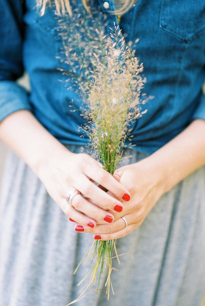 lifestyle photography woman holding grass