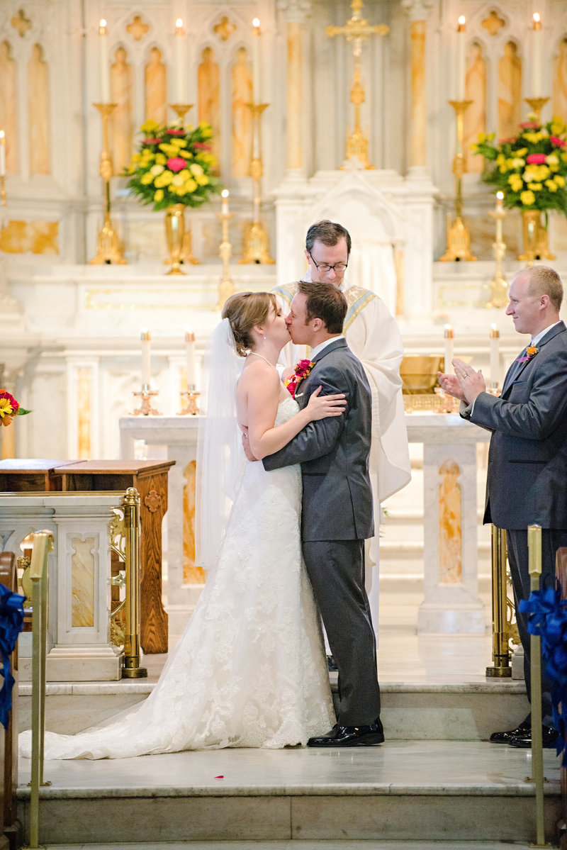 JandDstudio-wedding-photogrphy-york-pa-ceremony-cathlic-church-firstkiss