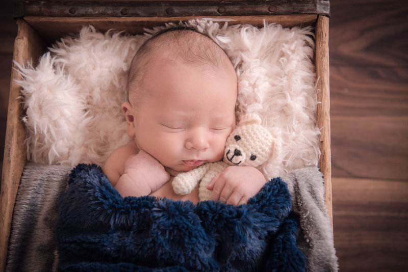 JandDstudio-baby-newborn-infant-studio-blanket-rustic-crate-teddybear