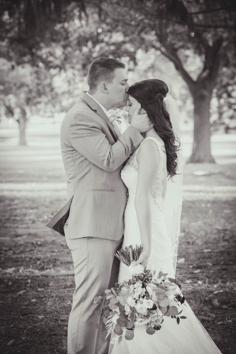 JandDstudio-colonial-golf-and-tennis-club-harrisburg-wedding-photography-blackandwhite-brideandgroom-kissing