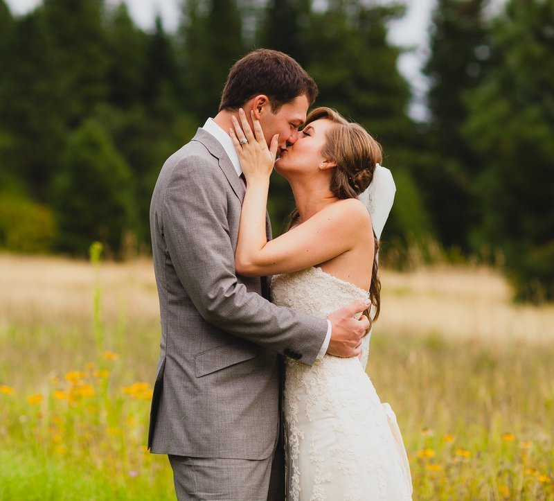Snohomish wedding photographer captures bride and groom kissing in the mountains