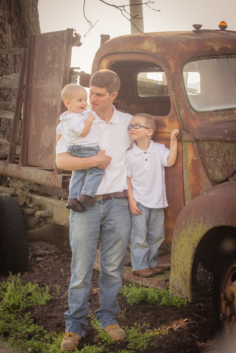 JandDstudio-farm-vintage-family-spring-oldcar-dad-boys (2)