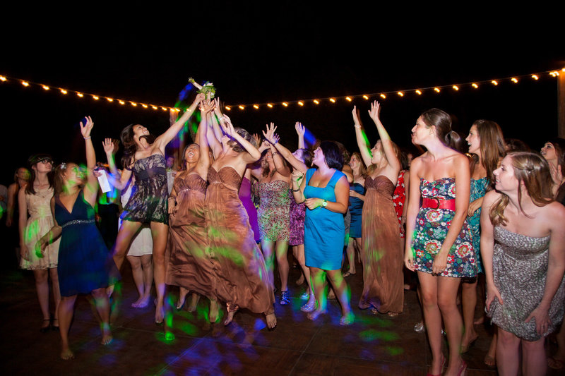 paso-robles-wedding-bouquet-toss-tayler-enerle00001