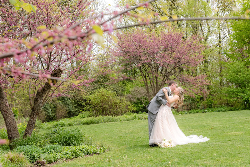 JandDstudio-kings-gap-carlisle-spring-wedding-photography-brideandgroom-kissing