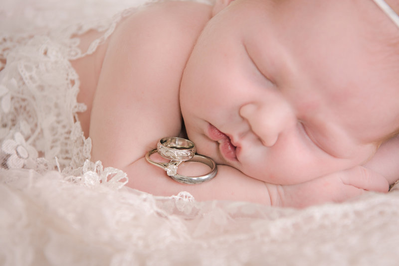 JandDstudio-indoor-studio-infant-baby-girl-rings