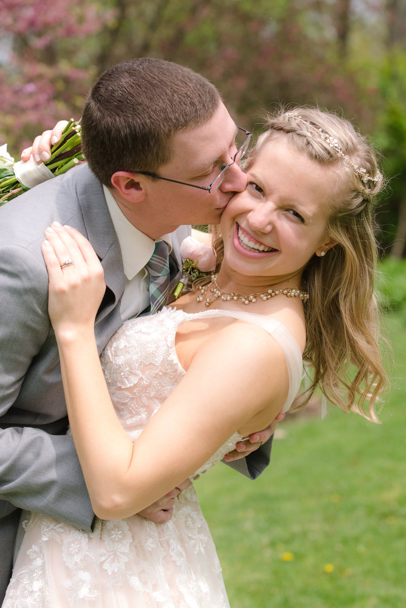 JandDstudio-kings-gap-carlisle-spring-wedding-photography-brideandgroom-vintage-kissing (2)