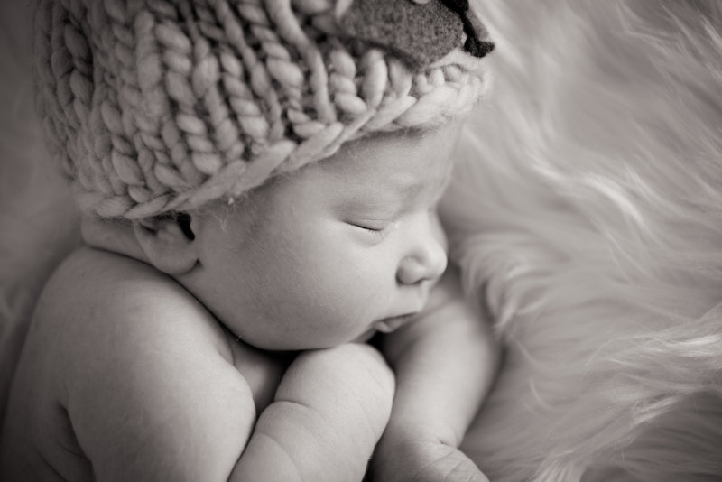 JandDstudio-baby-newborn-infant-studio-blackandwhite-face-hat