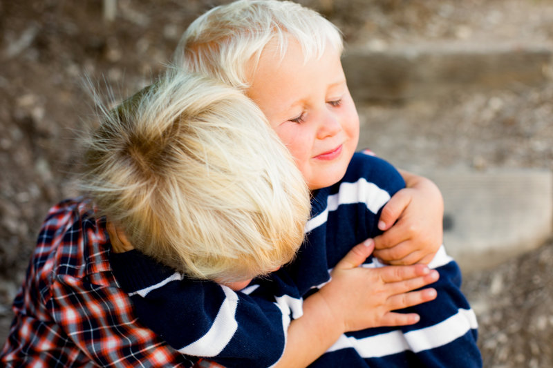 siblings hugging family photography emma lee photography