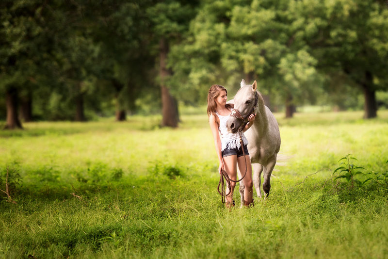 Huntsville Alabama senior portrait photographer  girl posing with horse in field