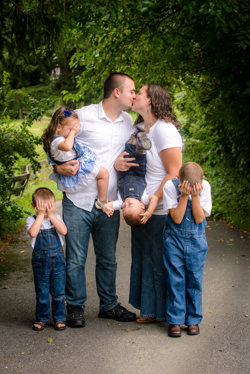 JandDstudio-outdoor-harrisburg-rustic-oneyearold-boy-family-kissing