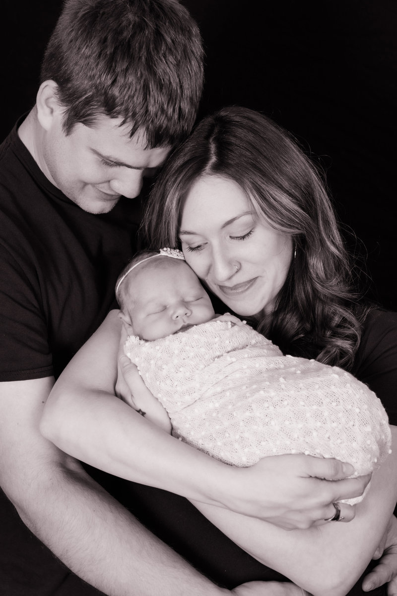 JandDstudio-indoor-studio-infant-baby-blackandwhite-parents-snuggles