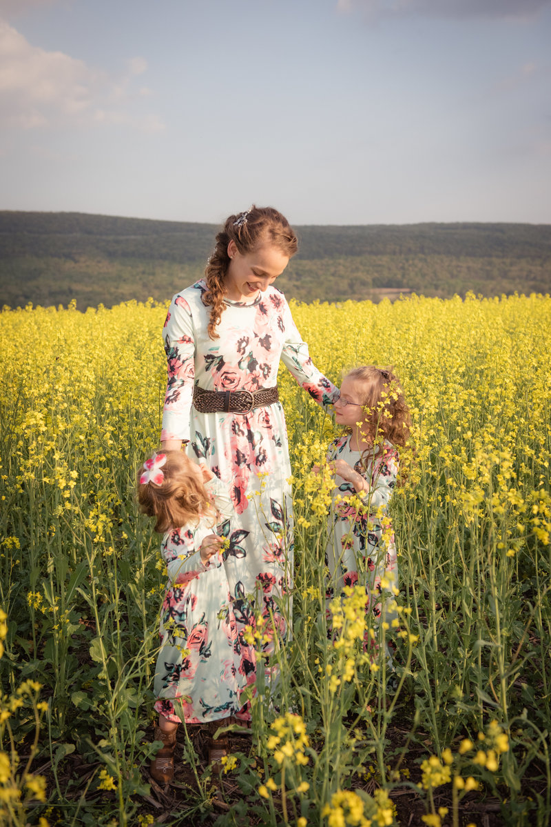 JandDstudio-farm-vintage-family-spring-couple-flowers-mother-girls