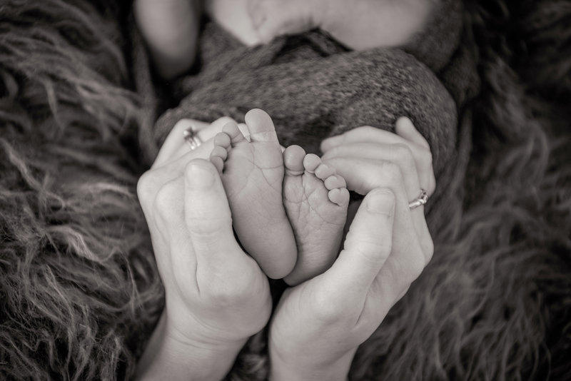 JandDstudio-baby-newborn-infant-studio-blackandwhite-feet-mommy
