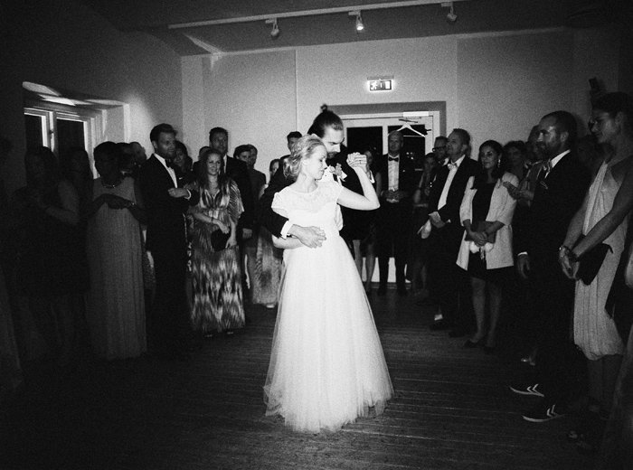 072-bride-and-groom-first-dance-in-black-and-white