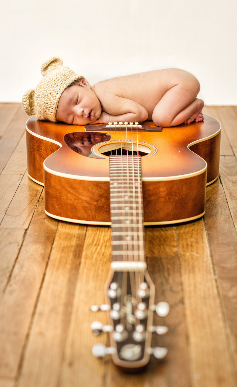 cecilia_newborn_photography_guitar_m