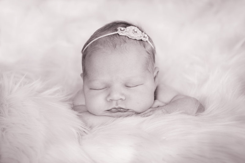 JandDstudio-indoor-studio-infant-baby-blackandwhite-girl (2)