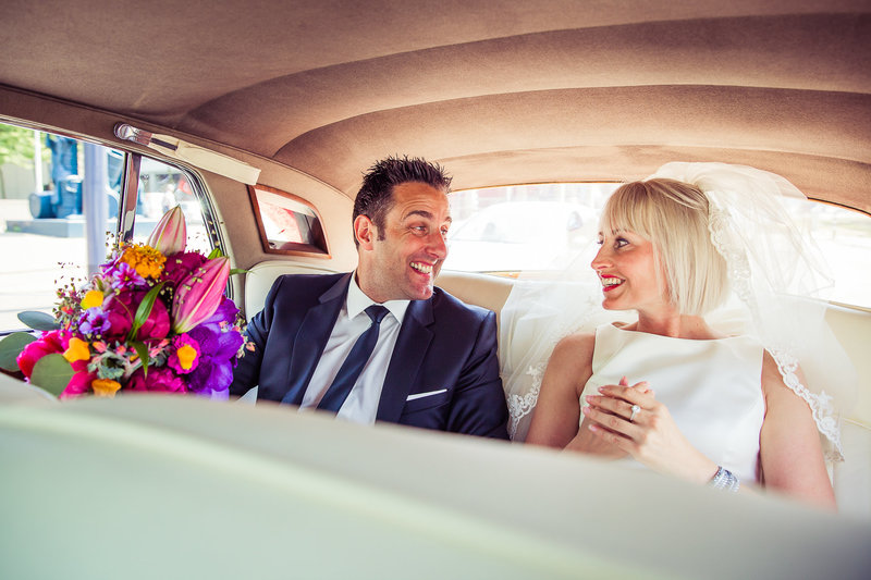 Bruidspaar trouwauto