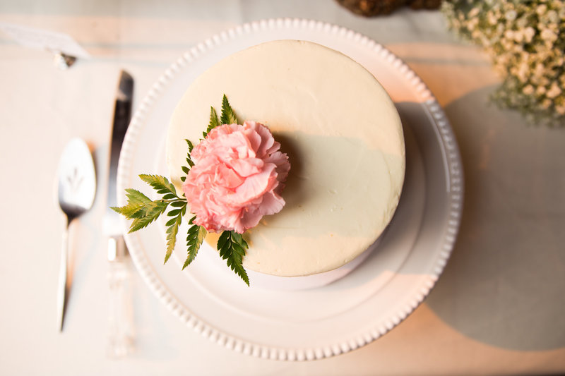 white wedding cake pink flower seattle wedding photographer emma lee photography
