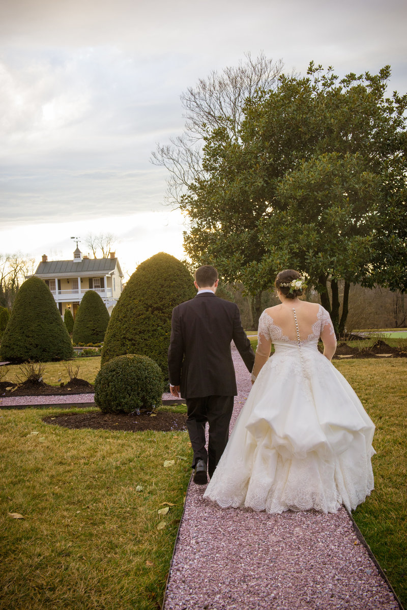JandDstudio-antrim-1844-maryland-wedding-photography-brideandgroom-outdoor-walking