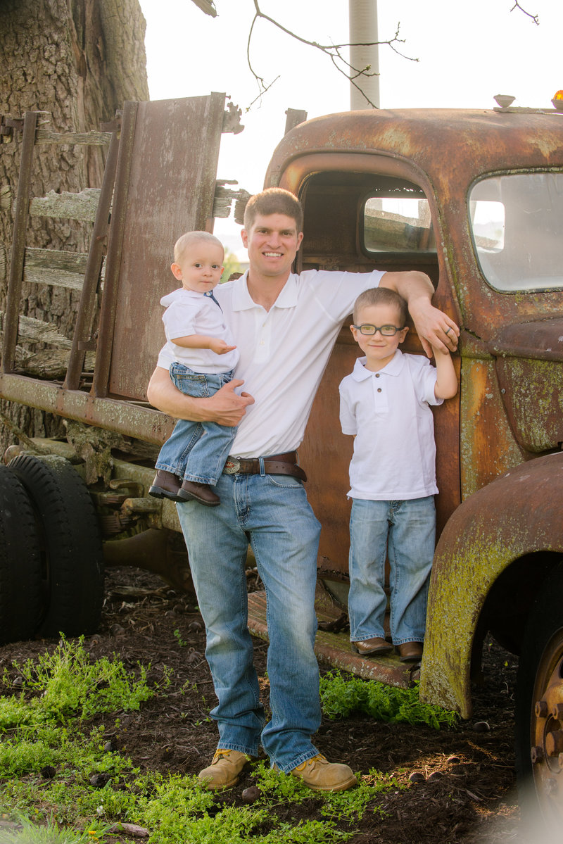 JandDstudio-farm-vintage-family-spring-oldcar-dad-boys