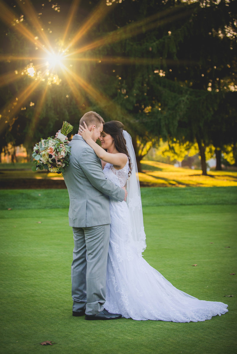 JandDstudio-colonial-golf-and-tennis-club-harrisburg-wedding-photography-outdoor-brideandgroom-sunset-sunburst