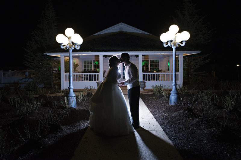 JandDstudio-antrim-1844-maryland-wedding-photography-brideandgroom-outdoor-night-kissing