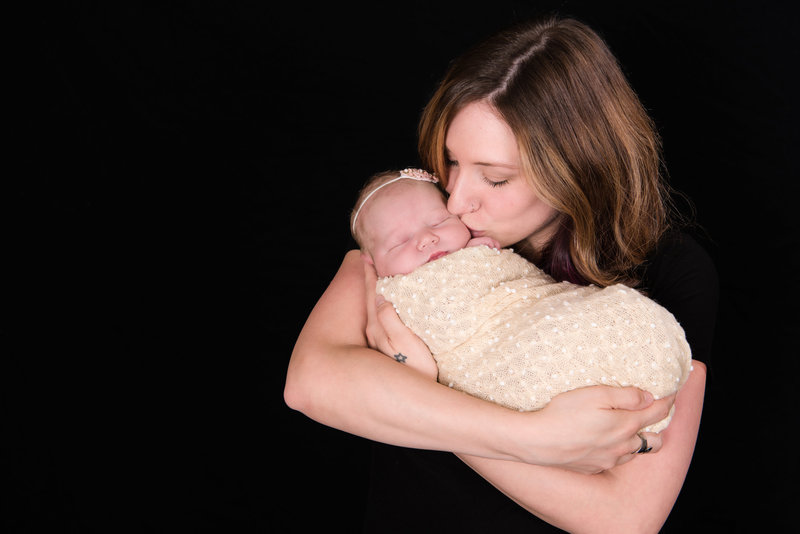 JandDstudio-indoor-studio-infant-baby-mother-kissing
