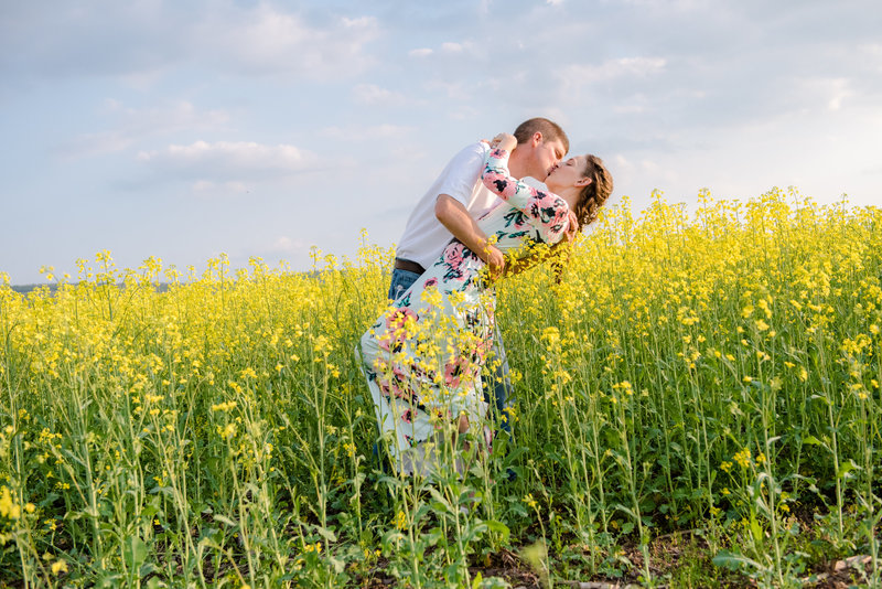 JandDstudio-farm-vintage-family-spring-couple-flowers-kissing