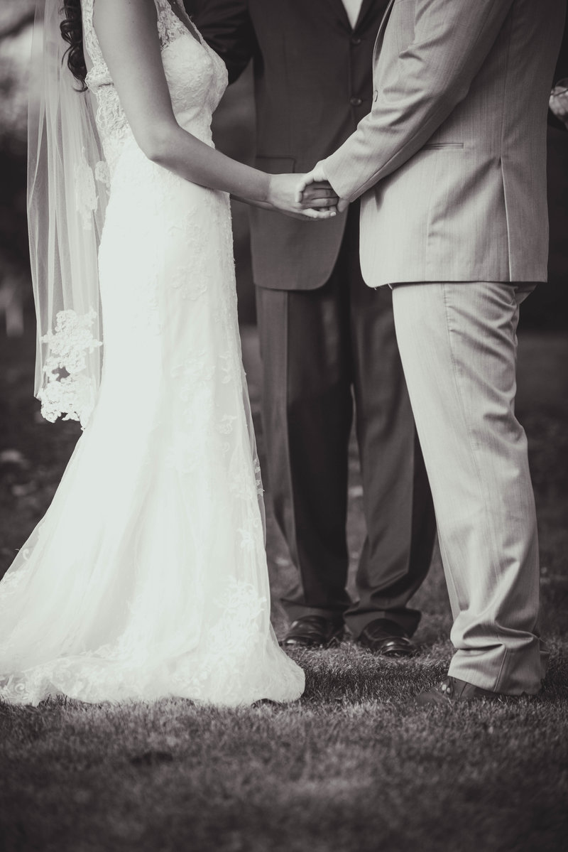 JandDstudio-colonial-golf-and-tennis-club-harrisburg-wedding-photography-blackandwhite-ceremony-hands