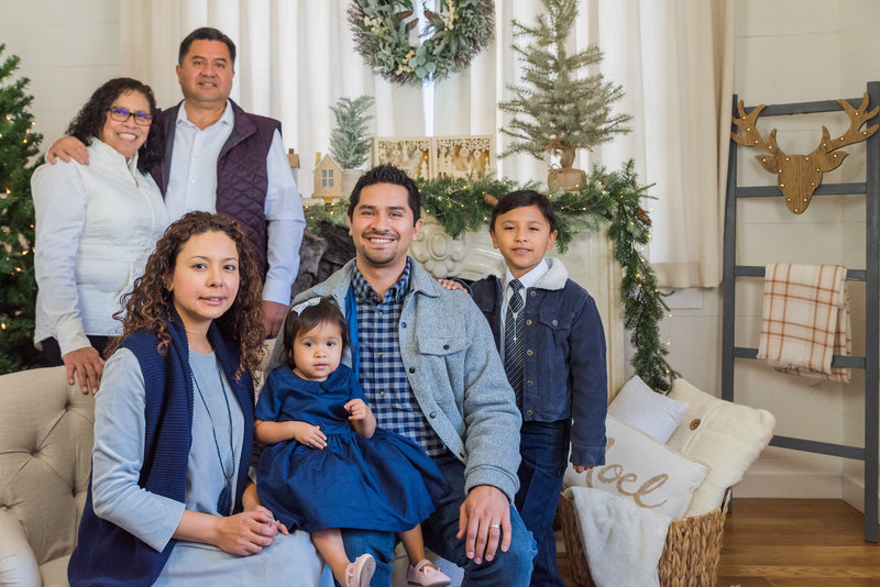 aguilar_christmas_farmhouse_mini_session_dallas_family_photographer_lynnet_perez_0054
