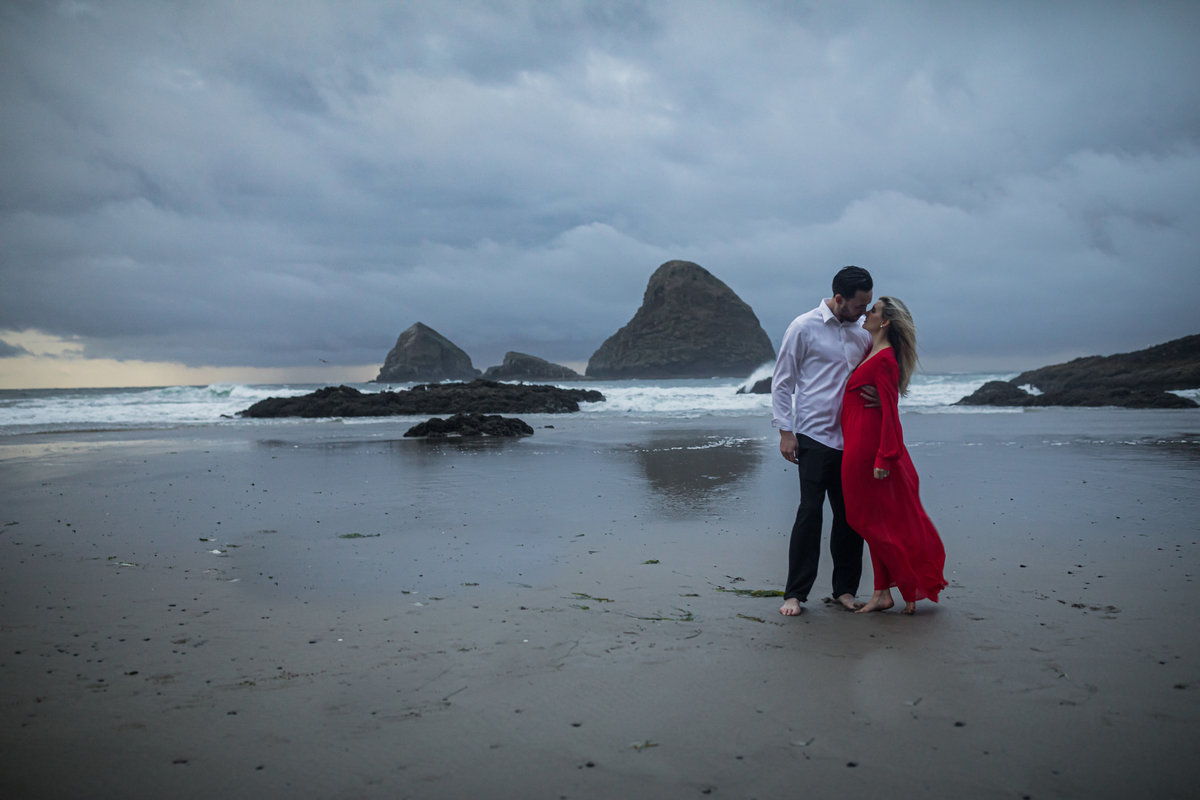 Oregon-oceanside-elopement-couples-photography-session-beach_(24_of_27)