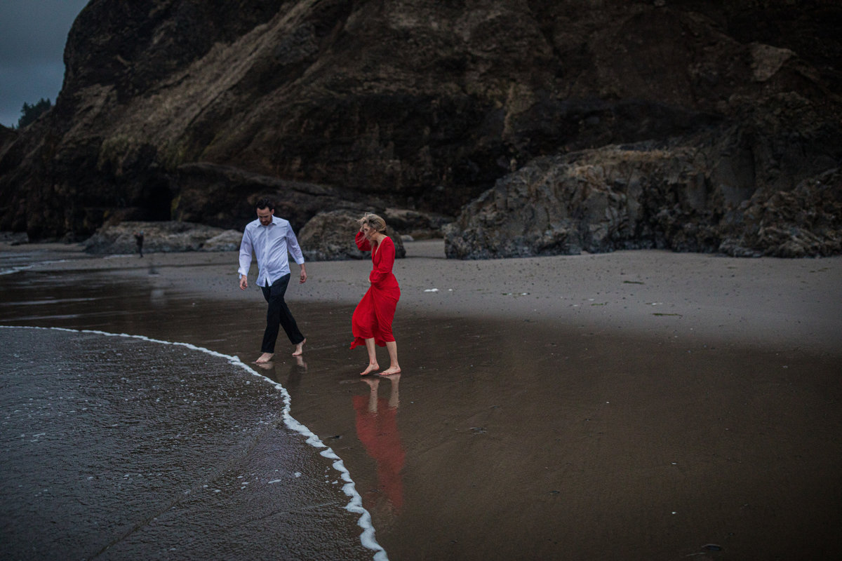 Oregon-oceanside-elopement-couples-photography-session-beach_(17_of_27)