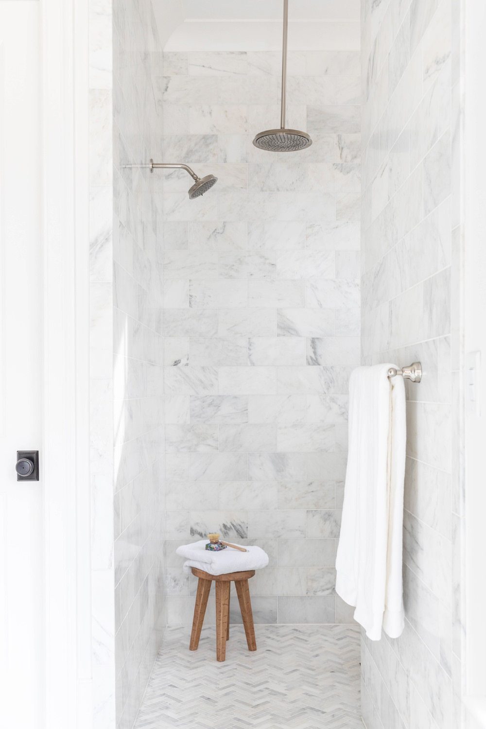 White-Carrara-Marble-Master-Bathroom-with-Soaking-Tub-4