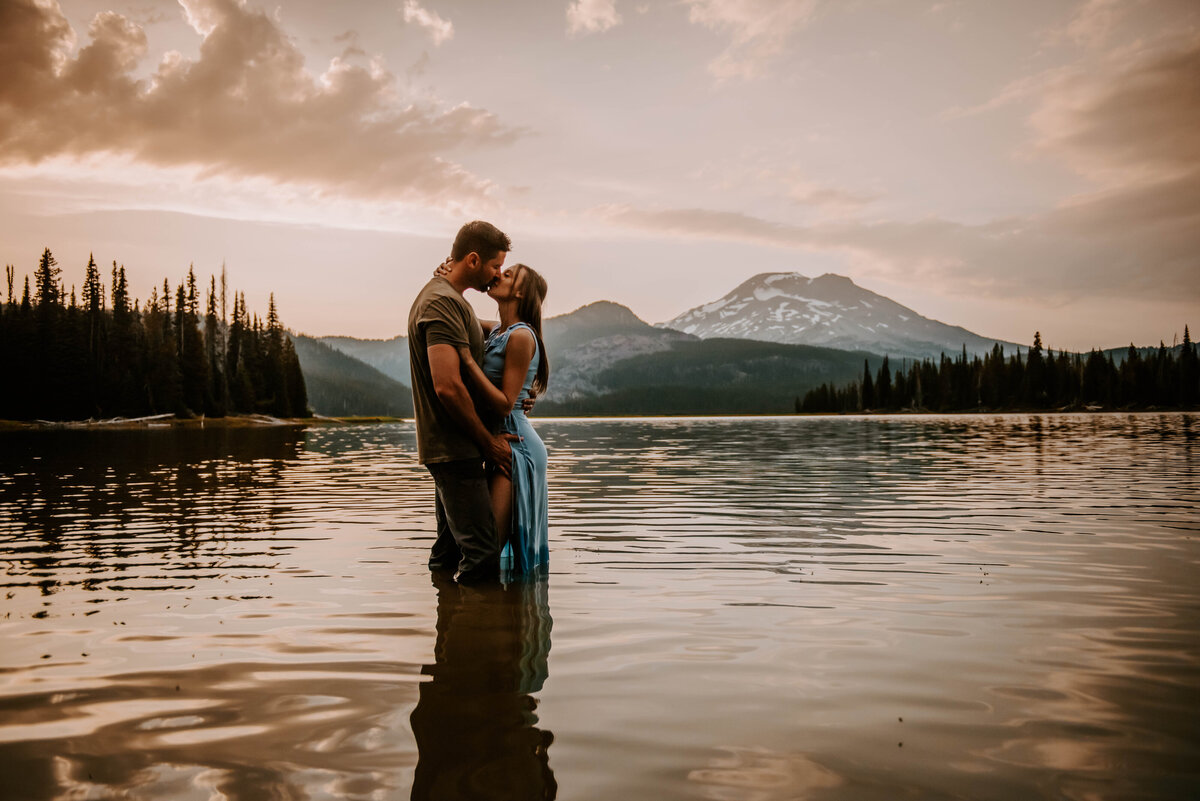 sparks-lake-oregon-couple-photographer-elopement-bend-lakes-bachelor-sisters-sunset-5913