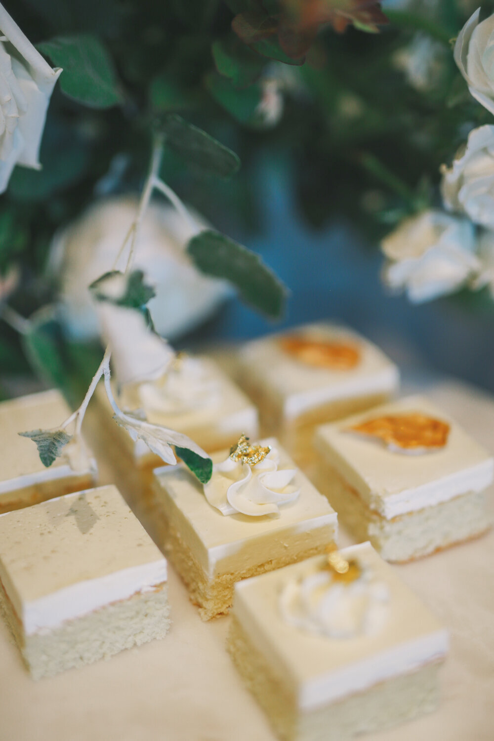 Kirkland-washington-wedding-planner-leigh-and-mitchell-waterfront-wedding-gold-leaf-wedding-cake