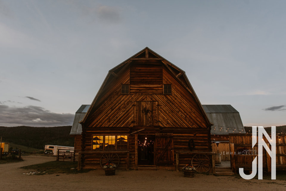 granby-colorado-strawberry-creek-ranch-classic-mountain-wedding-in-the-summer-old-barn