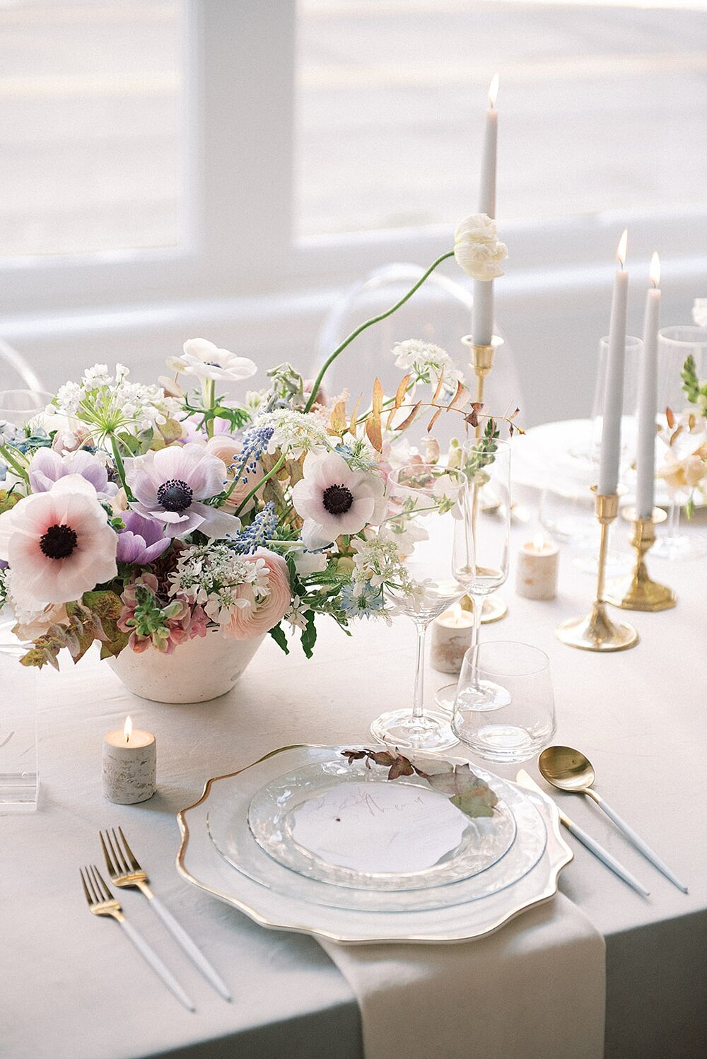 Modern-love-event-leigh-and-mitchell-modern-gold-and-white-place-settings