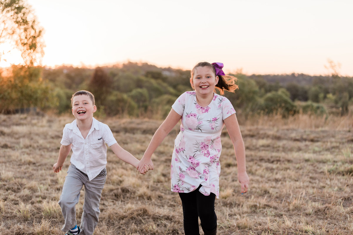 relaxed-family-portraits-sunset-grassy-field-sprinfield-brisbane-lead-images (10 of 12)