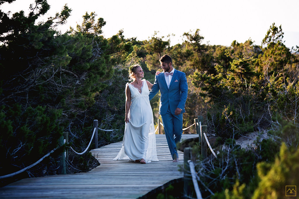 Amedezal-wedding-photographe-mariage-lyon-inspiration-Formentera-robe-Gervy-surmon31-alliances-Antipodes-MonTrucenBulle-PauletteDerive-couple-balade-sourire