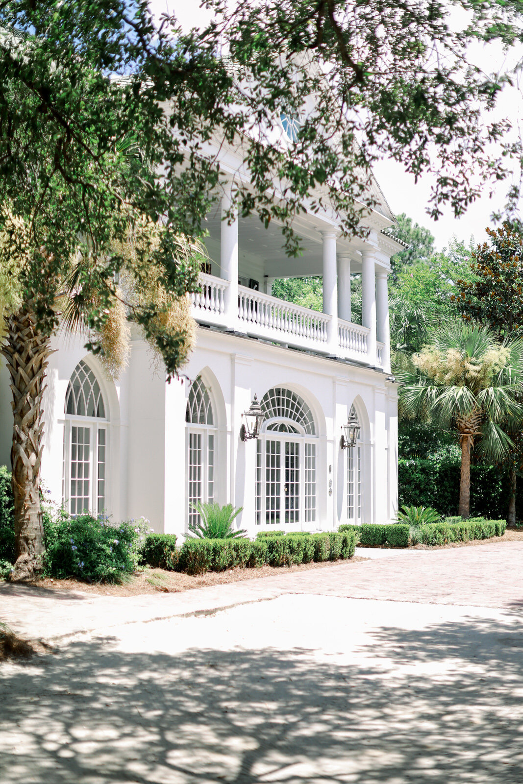 Charleston wedding photographer photographs a classically Southern wedding at Lowndes Grove wedding venue.