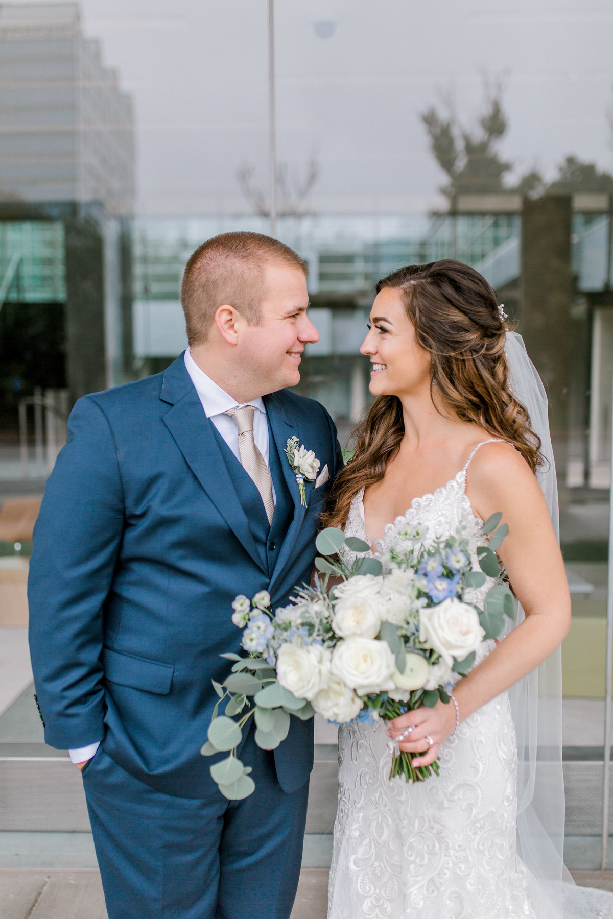 omaha wedding planner and florist downtown Slowdown wedding blue and white by Lindsay Elizabeth Events122