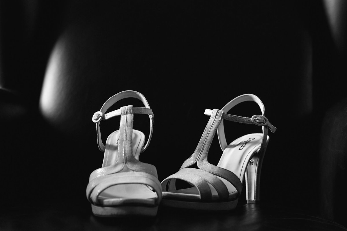Amédézal-photographe-mariage-Chateau-Candie-Lyon-bw-chaussures-repetto-wedd